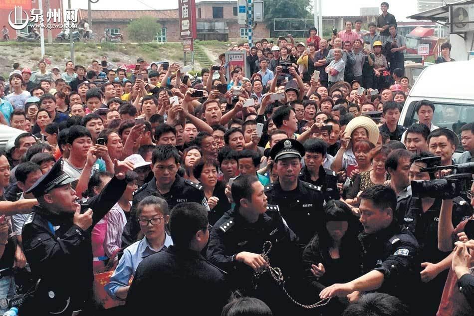 拐卖女孩人贩子指认现场被数千民众包围